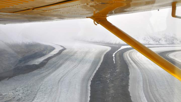 Vliegen over de wildernis van Kluane National Park